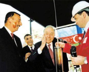«Bloomberg»: «Neft Əliyev sülaləsini titrədir»