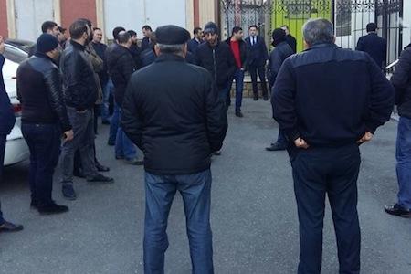 """Vəkillər Kollegiyasının və """"Əmrahbank""""ın ofisi qarşısında aksiya"""