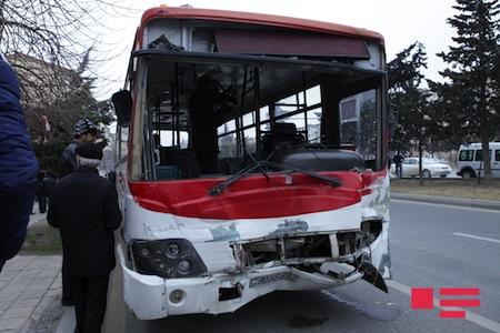 Bakıda yük maşını avtobusa çırpıldı: yaralılar var