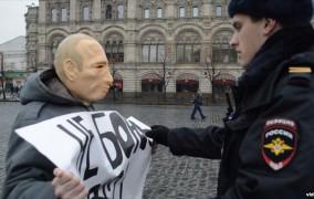 Putin maskasını taxdıqları üçün saxlandılar