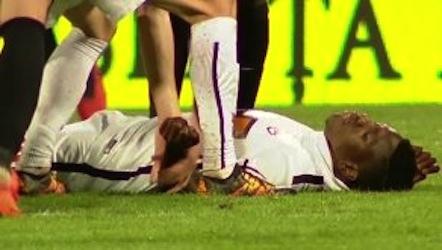 Futbolçu oyun zamanı meydanda öldü VİDEO