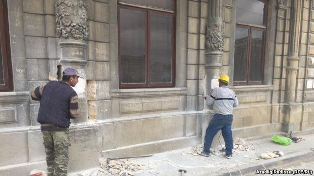 Sovetskidə tarixi binanın üzlüyünü sökməyə başladılar FOTO
