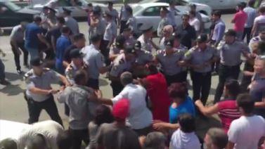 Qanlıgöldə sakinlərlə polis arasında qarşıdurma FOTO