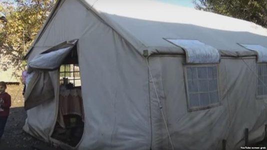 1 ildir çadırda yaşayan ailə