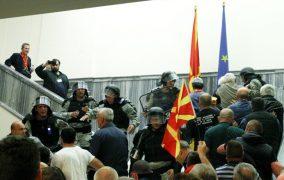 Makedoniyada etirazçılar deputatları döydü
