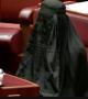 Burka qadağasını istəyən deputat Avstraliya senatında burka geyinib