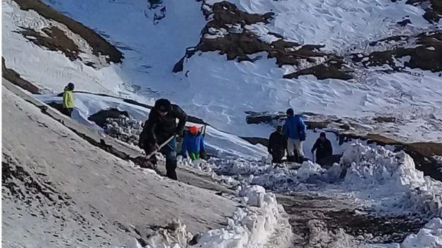 Alpinistlərin axtarışına əlavə dağ-xilasedicilər, xüsusi təlim keçmiş itlər ...